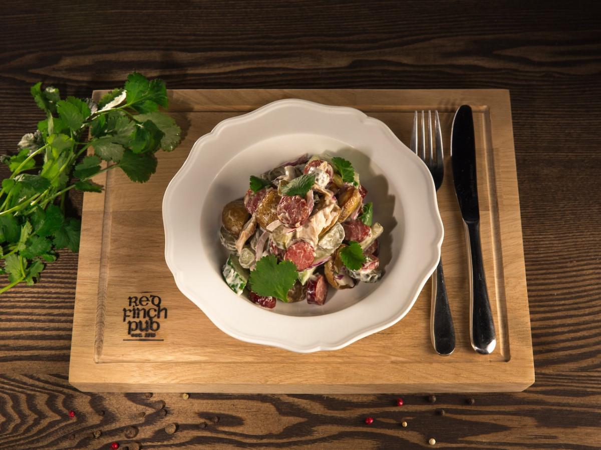 Салат с Охотничьими колбасками red Finch