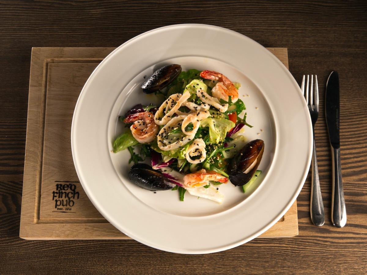 Салат с морепродуктами red ficnh
