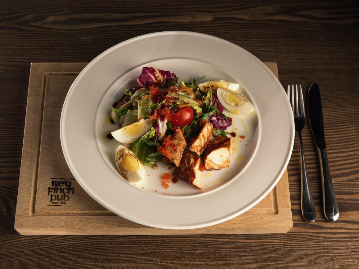 Салат с лососем горячего копчения и икрой тобико